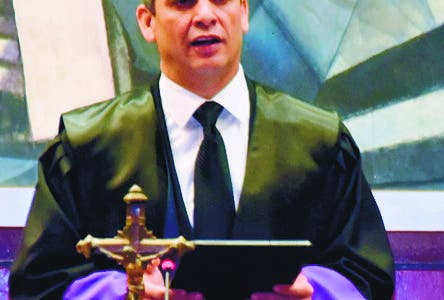 El magistrado Luis Henry Molina Peña, quien juramentó a 265 abogadas y abogados, afirmó que la sustancia del quehacer jurídico es dirimir conflictos para hacer posible la convivencia. El presidente de la Suprema Corte de Justicia (SCJ) y del Consejo del Poder Judicial (CPJ), magistrado Luis Henry Molina Peña exhortó este miércoles a jueces y abogados a no desfallecer y poner el Derecho y la Justicia en primer lugar.  Hoy/Fuente Externa 12/6/19