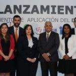 El ministro de Agricultura, Osmar Benítez, y la directora de Compras y Contrataciones Públicas, Yokasta Guzmán, lanzan resolución.