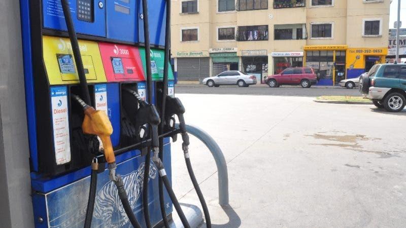 País - Protestas de bombas de gasolinas, pertenecientes a ANADEGAS, las cuales cerraron sus servicios durante la mañana de hoy, hasta las 12 de medio día, como un llamado al gobierno para que regules los precios de la venta de los combustibles, ya que les esta afectando las ganancias por los altos costos de producción. Ariel Díaz-Alejo / Periódico Hoy / 10 de febrero del 2010.