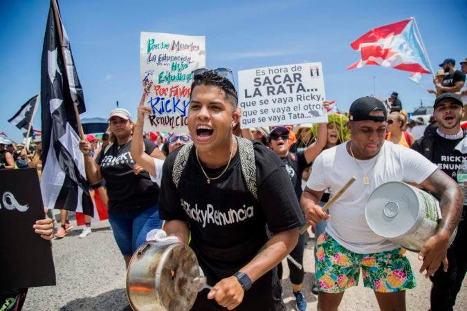 5. Manifestantes hacer sonar cacerolas durante una marcha por la autovía Las Américas para exigir la renuncia del gobernador, Ricardo Rosselló, en San Juan, Puerto Rico, el 22 de julio de 2019. (AP Foto/Dennis M. Rivera Pichardo)