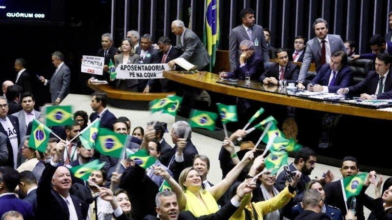 AME5258. BRASILIA (BRASIL), 10/07/2019.- Foto cedida por la Cámara de Diputados que muestra a un grupo de personas que ondea banderas en el Parlamento en Brasilia (Brasil). El pleno de la Cámara Baja de Brasil aprobó este miércoles el marco legal de la reforma de las pensiones propuesta por el Gobierno de Jair Bolsonaro, pero aún deberá someter el texto a nuevas discusiones antes de remitirlo al Senado. EFE/Luis Macêdo/Camara de Diputados/ Solo Uso Editorial/ No Ventas/ No Archivar