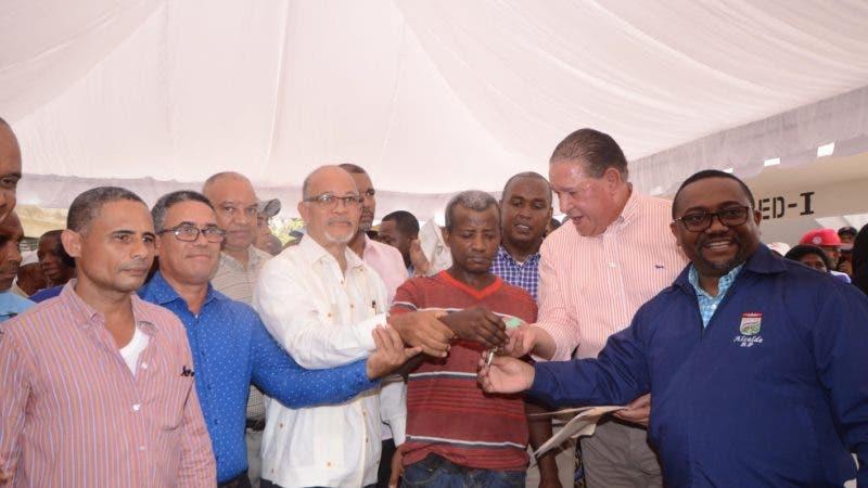 Alejandro Montás, director CAASD 26 viviendas en los Guaricamos durante un acto en los donde era la cañada de los Platinos en Santo Domingo Norte Rep. Dominicana. 11 de junio del 2019. Foto Pedro Sosa