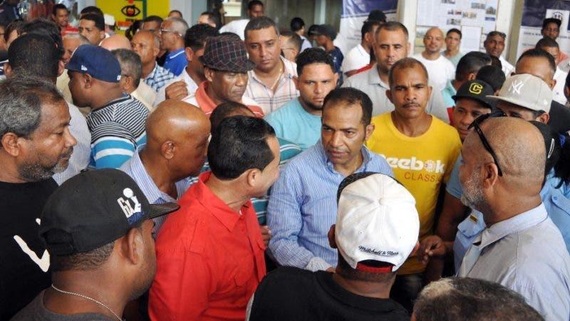 Choferes montan piquete en Palacio de Justicia; reclaman justicia por asesinatos de taxistas. Fuente Externa.