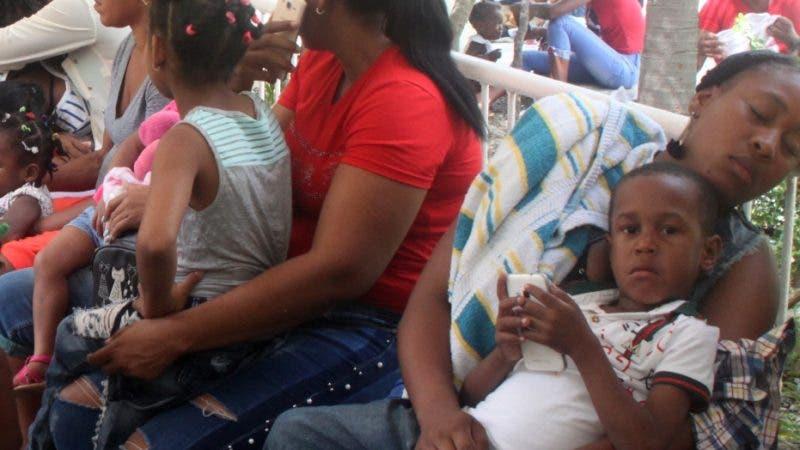 Entrevista sobre la epidemia del dengues que afecta a la República Dominicana por la ola de calor y el cambio de clima el hospital Infantil Robert Reid Cabral  esta en pleno trabajo, con los niño. En foto: pacientes HOY Duany Nuñez 10 – 7 – 2019