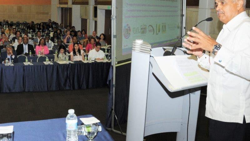 El ministro de Agricultura, Osmar Benítez, habla en un congreso en Bávaro, La Altagracia.