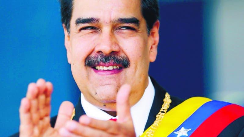 AME3991. CARACAS (VENEZUELA), 05/07/2019.- Fotografía cedida por prensa de Miraflores que muestra al presidente de Venezuela, Nicolás Maduro, durante el desfile militar para conmemorar los 208 años del acta de independencia de Venezuela, este viernes en el Paseo de los Próceres, en Caracas (Venezuela). EFE/PRENSA MIRAFLORES/SOLO USO EDITORIAL/NO VENTAS