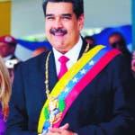 AME3991. CARACAS (VENEZUELA), 05/07/2019.- Fotografía cedida por prensa de Miraflores que muestra al presidente de Venezuela, Nicolás Maduro (c), y su esposa, la primera dama Cilia Flores (i), durante el desfile militar para conmemorar los 208 años del acta de independencia de Venezuela, este viernes en el Paseo de los Próceres, en Caracas (Venezuela). EFE/PRENSA MIRAFLORES/SOLO USO EDITORIAL/NO VENTAS