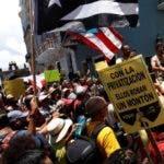 AME6356. SAN JUAN (PUERTO RICO), 14/07/2019.- Manifestantes se reúnen para pedir la renuncia del gobernador Ricardo Roselló, este domingo en San Juan (Puerto Rico). La marcha de protesta se dirigió hasta La Fortaleza, sede del Ejecutivo, para pedir la renuncia del gobernador, salpicado por la polémica desatada tras la publicación del contenido de un chat en el que se organizaron medidas contras críticos del Ejecutivo, en medio de burlas y contenidos homofóbicos, sexistas y misóginos. EFE/ Thais Llorca