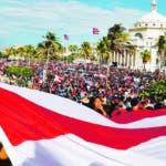 AME7271. SAN JUAN (PUERTO RICO), 17/07/2019.- Manifestantes protestan este miércoles, por quinto día consecutivo, contra el Gobernador de Puerto Rico, Ricardo Roselló, en San Juan (Puerto Rico). Miles de personas han participado en las protestas diarias que se han presentado en la capital puertorriqueña desde el pasado sábado para pedir la renuncia de Roselló, inmerso en un escándalo político por la difusión del contenido de un chat privado, a través de la aplicación telegram, en el que junto a su círculo íntimo en el gobierno se mofa de periodistas y líderes políticos de la isla. EFE/ Thais Llorca