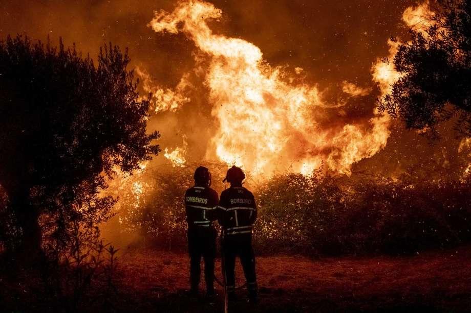 Más de mil bomberos luchan contra un gran incendio forestal en el centro de Portugal que ya ha dejado 31 heridos