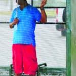 Personas esperan en la parada de un autobús en la inundada calle Broad durante fuertes lluvias el miércoles 10 de julio de 2019 en Nueva Orleans. (David Grunfeld/The Advocate vía AP)