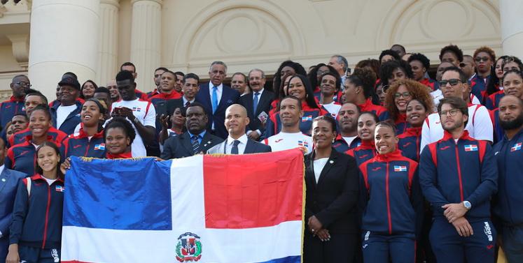Danilo Medina entrega bandera a delegación de atletas representará el país en Panamericanos de Perú