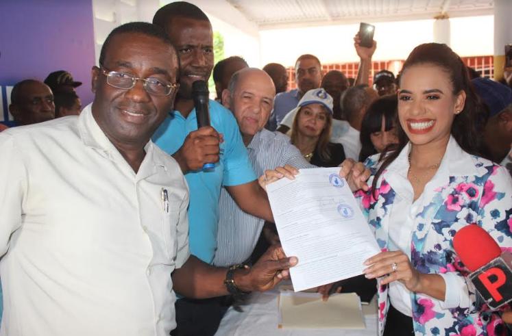 Betty Gerónimo inscribe precandidatura a diputada por el PRM