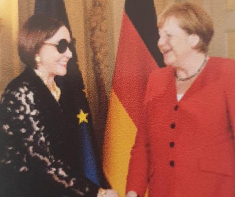 Embajadora Maibé Sánchez y canciller Angela Merkel comparten  en recepción