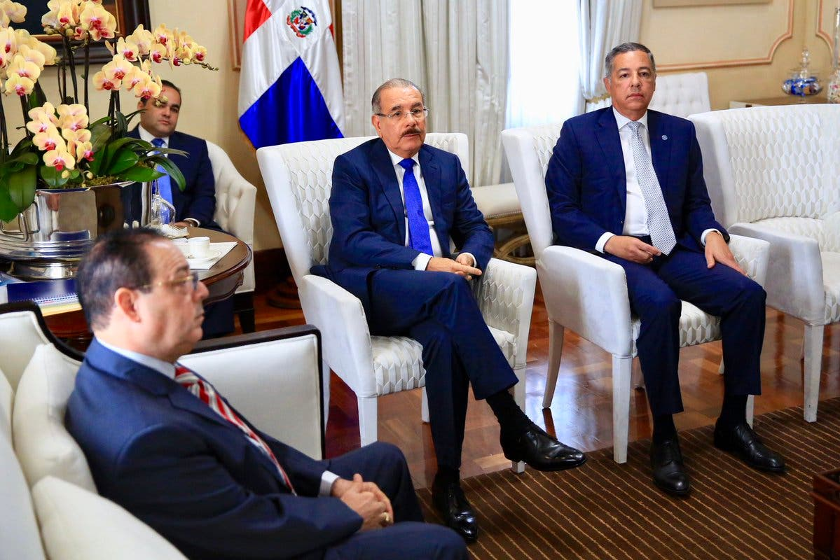 Danilo Medina se reúne con autoridades del sector eléctrico