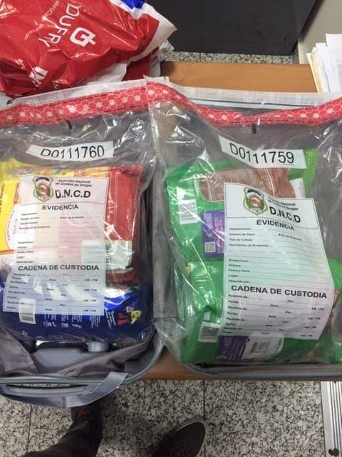 Mujer llegó de Colombia al AILA con cuatro fundas que simulaban ser leche en polvo, pero era cocaína