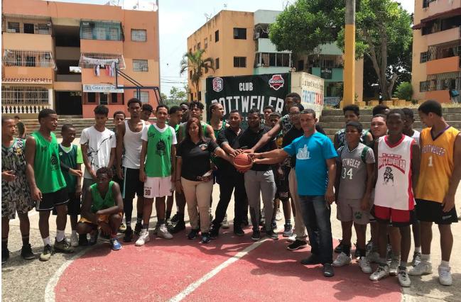 Club deportivo del sertor La Zurza dedica torneo de baloncesto al ministro Gonzalo Castillo