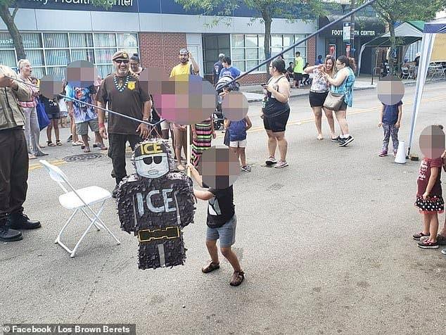 Niños aporrean piñata con forma de agente de Inmigración y crean polémica