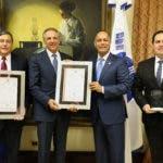 El dir. de la OPTIC, Armando García entregando certificados al ministro de MAPRE, José Ramón Pera
