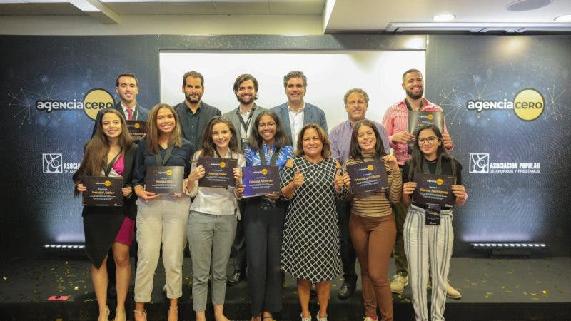Estudiantes ganadores junto a altos ejecutivos de APAP