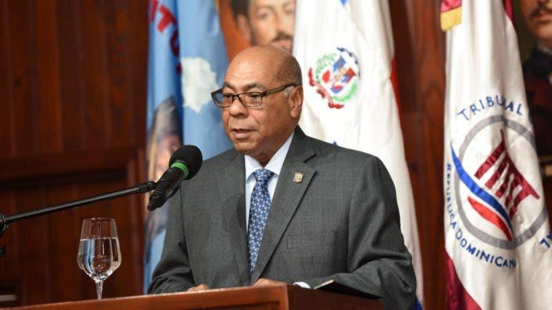 Foto 2. Magistrado Milton Ray Guevara, presidente del tc, pronuncia conferencia