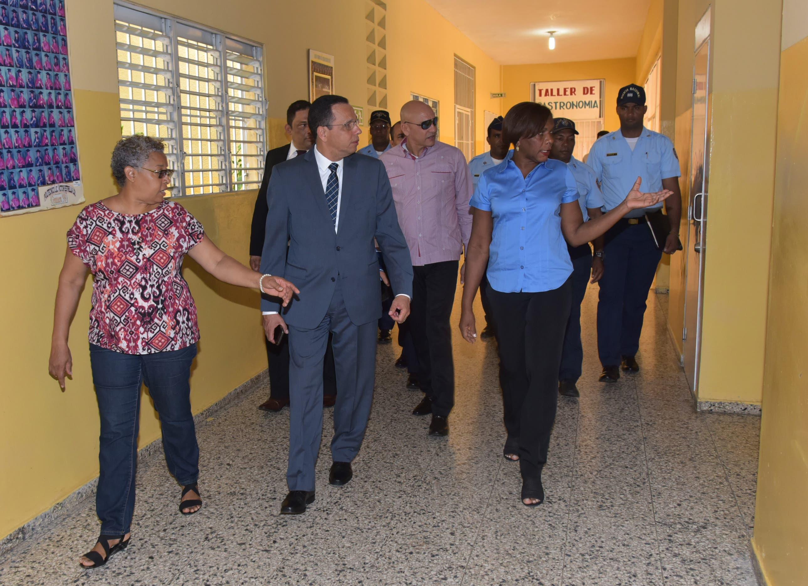 Ministro de Educación supervisa desempeño del Concurso de Oposición Docente