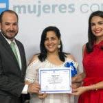 Héctor Cerna, director comercial de Fundes Latinoamérica en República Dominicana y la Presidenta de Prosperanza, Judith Cury, durante la entrega de certificados del programa Mujeres con propósito