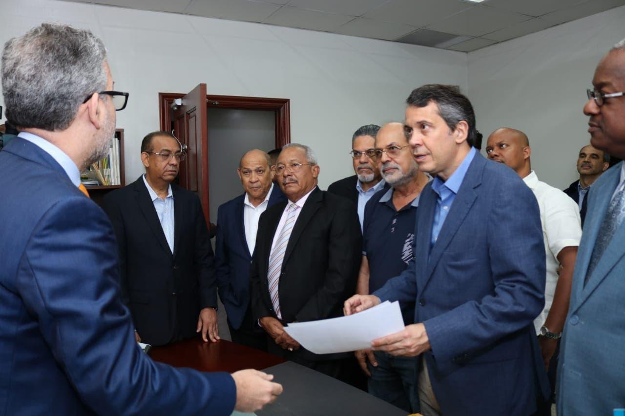 PRM entrega a la JCE padrón de militantes para primarias de octubre