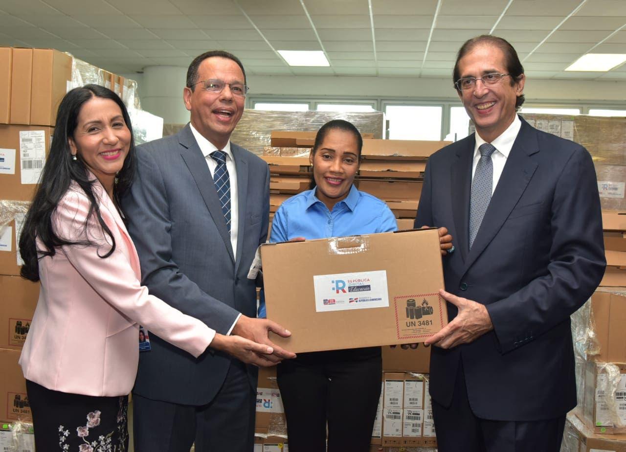 Gustavo Montalvo y Antonio Peña Mirabal encabezan entrega de más de 25 mil computadoras a docentes