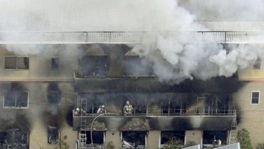 Video: Un hombre irrumpe en un estudio de animación y provoca un incendio que dejaría al menos 23 muertos en Japón