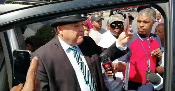 Video: Precandidato lanzando dinero y la vaca Claudia, las cosas que «más llamaron la atención» en manifestación en Congreso Nacional