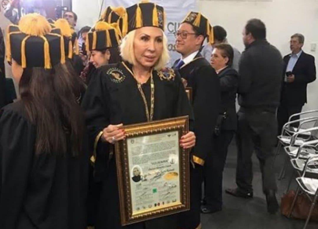 Otorgan doctorado honoris causa a la presentadora Laura Bozzo y se desata polémica
