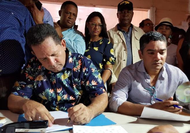 Miguel Bejarán inscribe precandidatura a senador por Montecristi