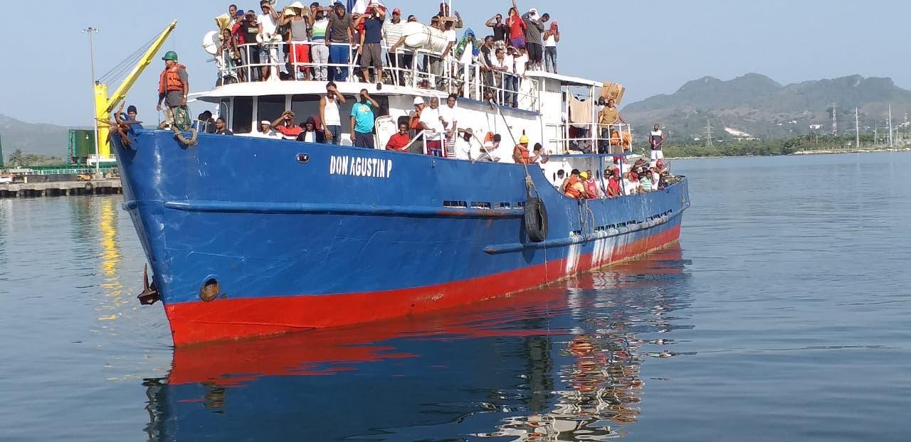 Retornan al país de 127 pescadores que estaban presos en Bahamas
