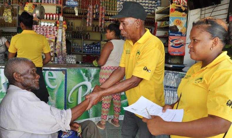 Precandidato a alcalde de La Caleta realiza «mano a mano» en sector Campo Lindo