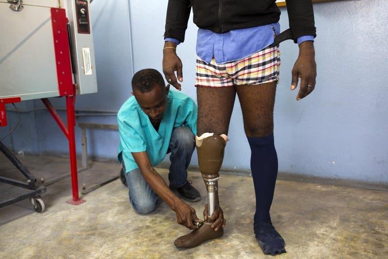 Haitianos amputados por sismo de 2010 siguen recibiendo ayuda gracias a un pequeño grupo de trabajadores discapacitados