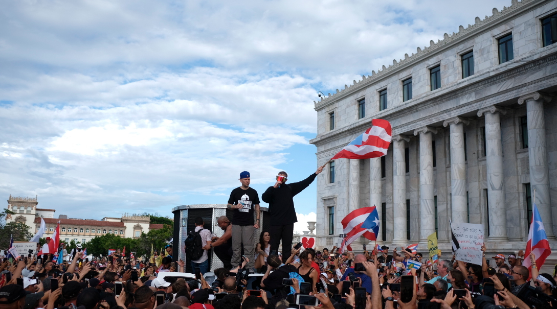 Puertorriqueños marchan para exigir renuncia de gobernador