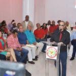 (foto) HIGUEY.- Quique Antún habla este domingo en el encuentro con dirigentes del PRSC en la provincia La Altagracia