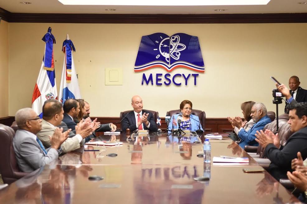 MESCYT y Oracle Academy firman convenio de capacitación para profesionales de educación superior