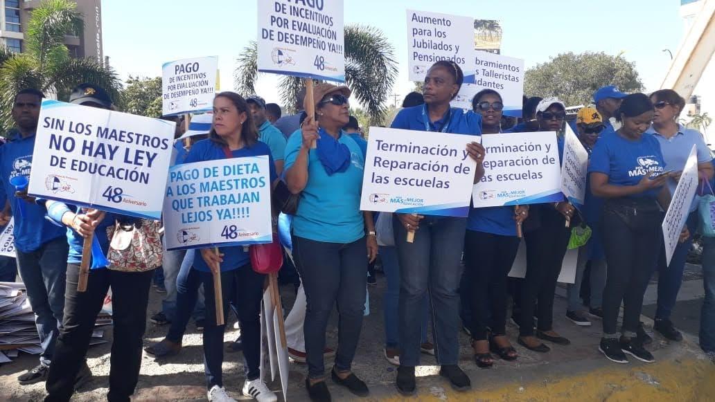 Video: Cientos de maestros marchan hacia el MINERD