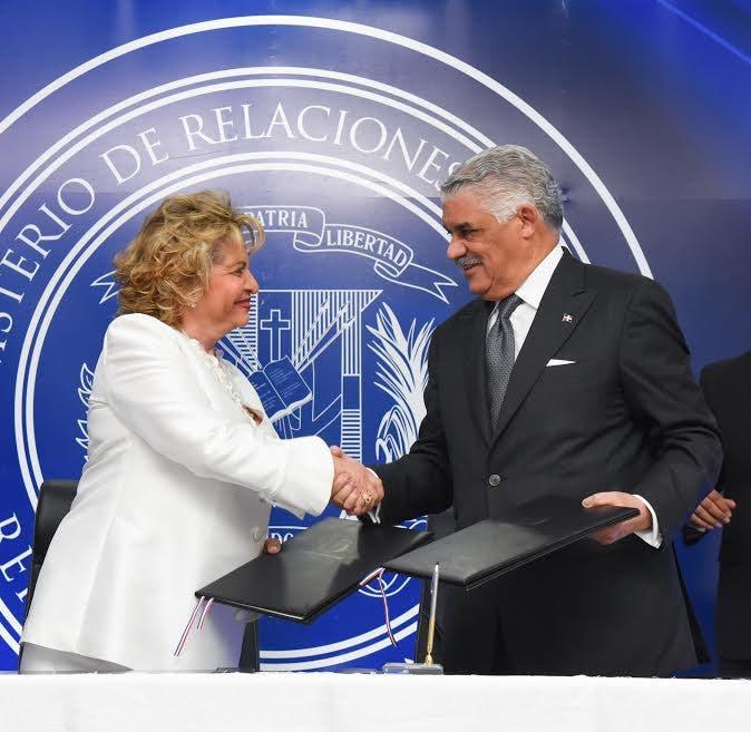 Miguel Vargas y Alexandra Izquierdo firman acuerdo de cooperación