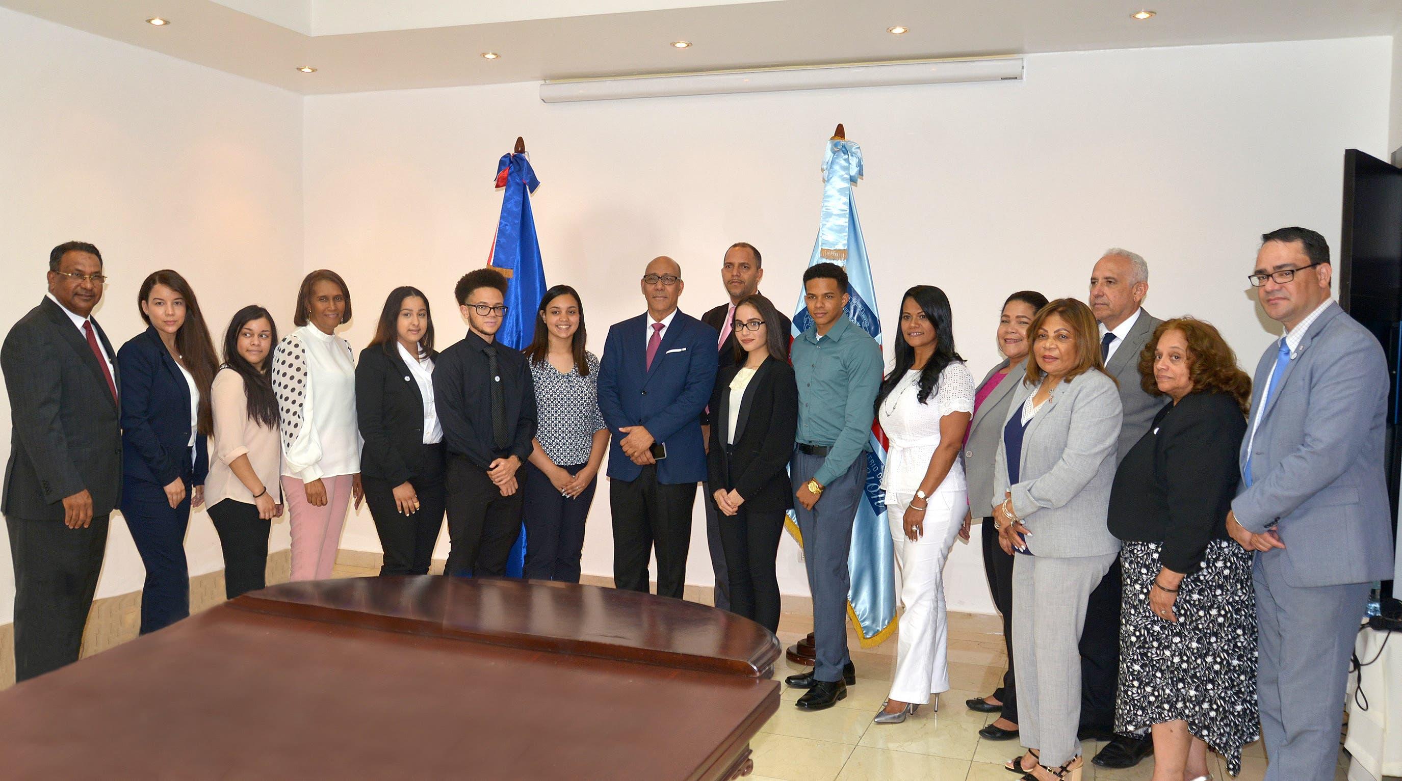 Minerd agasaja estudiantes dominicanos meritorios de la diáspora residente en la ciudad de Nueva York