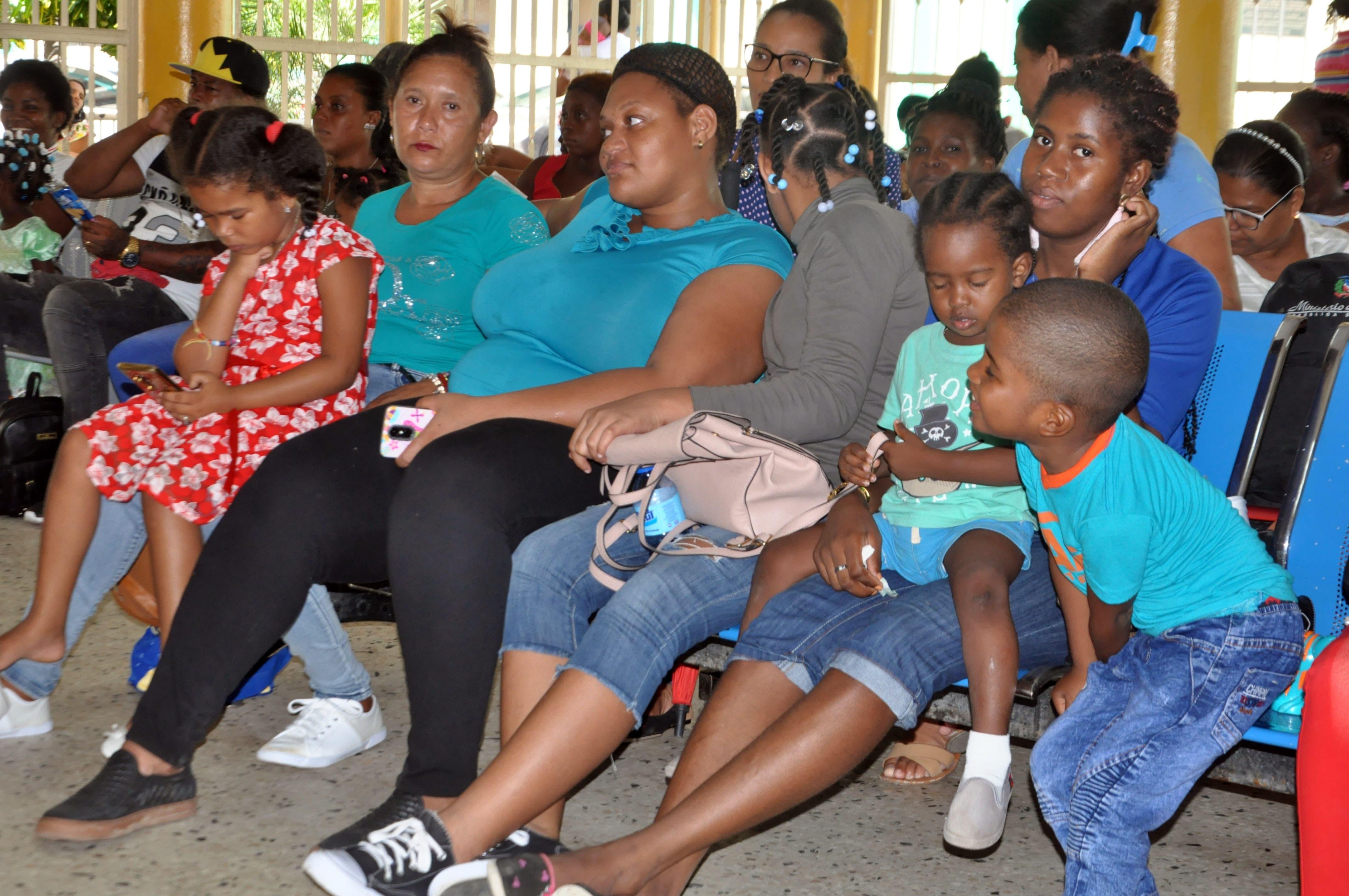 Video: Madres llegan desesperadas al hospital Robert Reid por sospecha de dengue