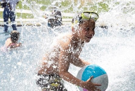 Washington (United States), 12/08/2019.- Kids cool off in water at Yards Park as temperatures reach 91 degrees Fahrenheit (32.77 Celsius), in Washington DC, USA, 12 August 2019. During the first part of this week over 40 million people in the US will be subject to summer hazards, with heat alerts stretching over one thousand miles (1,609 km) from Texas to Florida. Weather being likened to a sauna is forecast in more than a dozen states, while portions of the Mid-Atlantic are at 'enhanced risk' for damaging winds and possible hail, 13 August, according to the Storm Prediction Center. (Estados Unidos) EFE/EPA/MICHAEL REYNOLDS