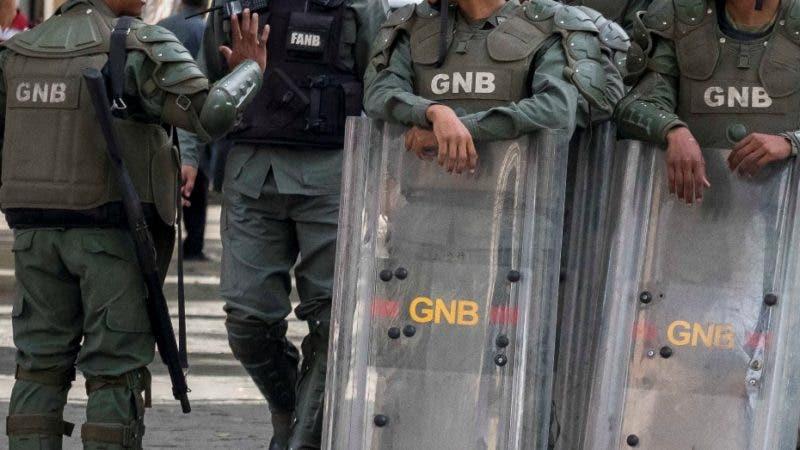 AME2478. CARACAS (VENEZUELA), 14/05/2019.- Funcionarios de la Guardia (GNB), la Policía (PNB) y del Servicio de Inteligencia (Sebin) montan guardia este martes en los alrededores de la sede del Parlamento venezolano en Caracas (Venezuela). Más de un centenar de agentes custodian este martes las adyacencias de la sede del Parlamento venezolano luego de que circulara en internet una denuncia de un presunto artefacto explosivo dentro del Palacio Legislativo. EFE/Rayner Peña