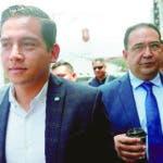 GU1001. CIUDAD DE GUATEMALA (GUATEMALA), 19/08/2019.- El hijo y el hermano de Jimmy Morales, José Manuel Morales Marroquín (i) y Samuel Morales (d), respectivamente, regresan a la sala para terminar de oír la sentencia de su proceso, este lunes luego de que un tribunal los absolviera de los delitos de fraude y lavado de dinero, en Ciudad de Guatemala (Guatemala). Un Tribunal de Guatemala decidió absolver de un caso de fraude a al hijo y al hermano del presidente del país, Jimmy Morales, al entender que no tuvieron voluntad de participar en las ilegalidades cometidas al Registro General de la Propiedad en el año 2013. EFE/Esteban Biba