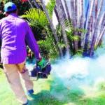 HAB02. LA HABANA (CUBA), 21/08/2019.- Un hombre realiza labores de fumigación contra insectos y mosquitos, como una de las medidas de control y prevención del dengue en la población cubana, este martes en La Habana (Cuba). La epidemia de dengue que sufren varios países de América Latina también afecta, aunque en menor medida, a Cuba, donde los especialistas confían en contener el virus con nuevas armas: la bacteria wolbachia y la esterilización de mosquitos machos. EFE/Ernesto Mastrascusa