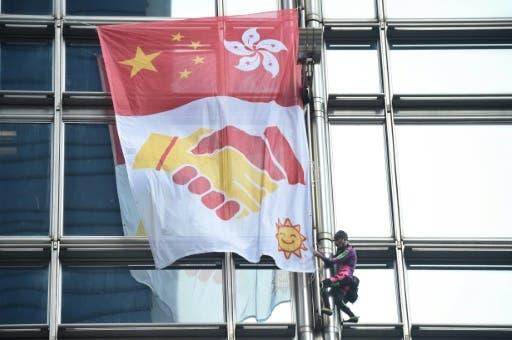«Spiderman» francés despliega bandera por la paz en rascacielos de Hong Kong