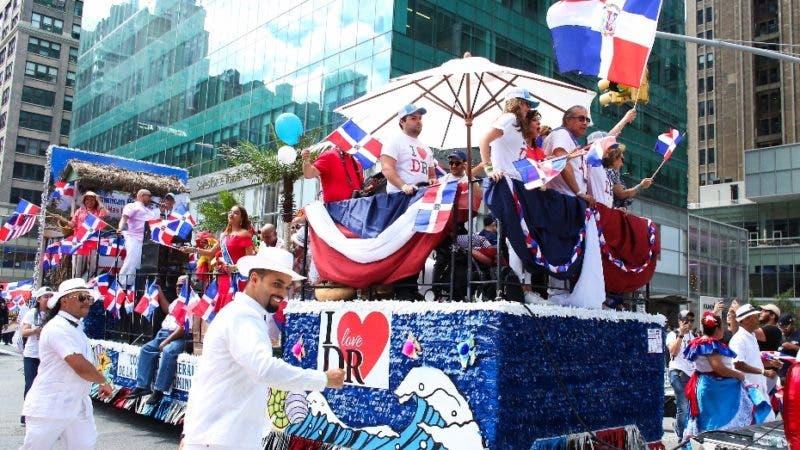 KBNY01. NUEVA YORK (ESTADOS UNIDOS), 11/08/2019.- Cientos de personas participan en el Desfile Anual Dominicano este domingo en la sexta avenida de Manhattan, en Nueva York (Estados Unidos). EFE/Kena Betancur