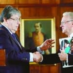 BOG300. BOGOTÁ (COLOMBIA), 20/08/2019.- El canciller de Colombia, Carlos Holmes Trujillo (i), le da la mano al enviado especial de la ONU para la atención de la crisis migratoria proveniente de Venezuela, Eduardo Stein (d), luego de una rueda de prensa este martes en Bogotá (Colombia). EFE/Mauricio Dueñas Castañeda